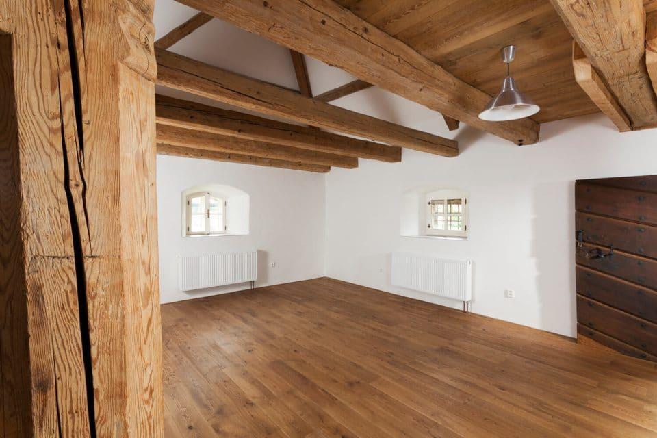 Dřevěná podlaha Exclusive floors ve středověkém stavení