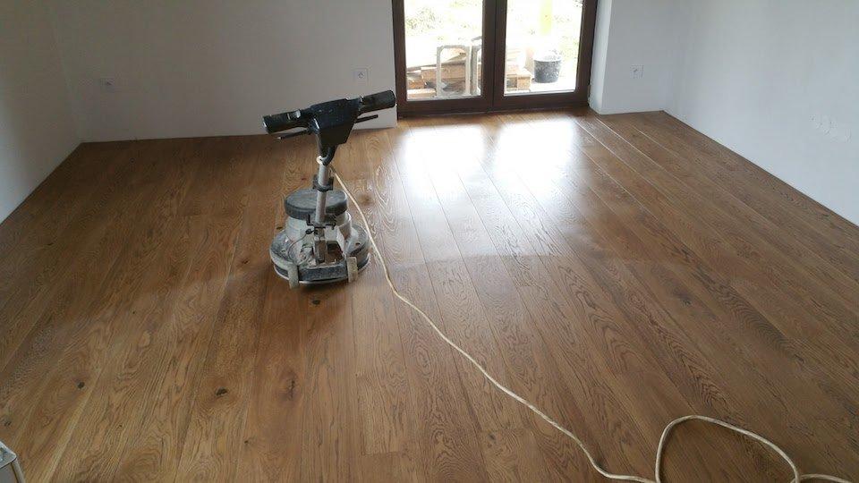Olejování dřevěné podlahy Exclusive floors leštícím strojem