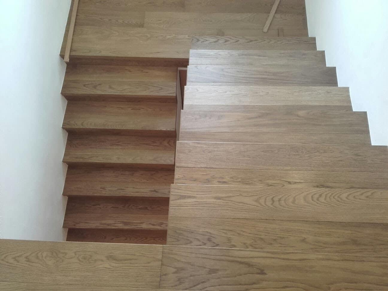 Dřevěné obložení schodiště – Dub hnědý