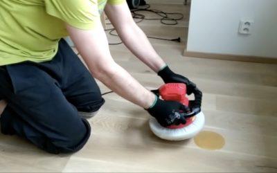Jak snadno naolejovat dřevěnou podlahu leštičkou na auta