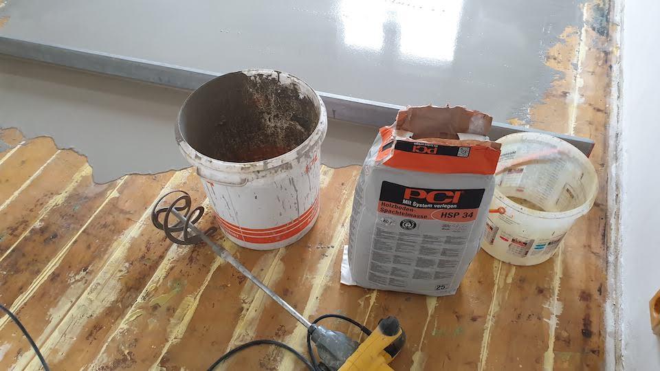 Jak vyrovnat dřevěnou podlahu nivelační stěrkou?