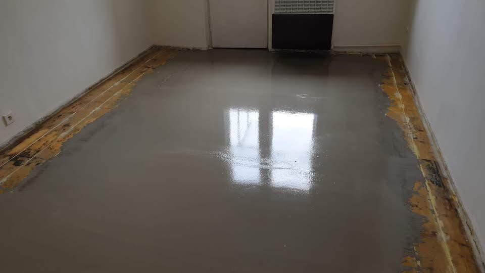 Vyrovnání dřevěné podlahy nivelační stěrkou