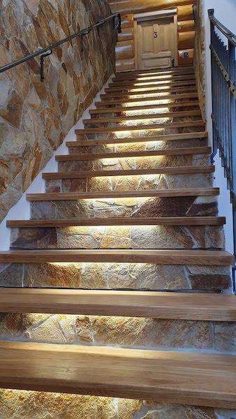 Dřevěné obložení schodiště