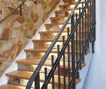 Dřevěné obložení schodiště s LED osvětlením